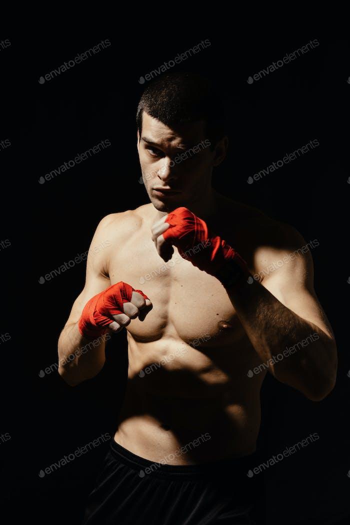 Sportlicher Boxer-Stempel mit Entschlossenheit und Vorsichtsmaßnahme über schwarzem Hintergrund
