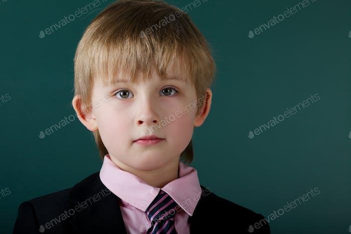kleiner lustiger Junge mit Tafel