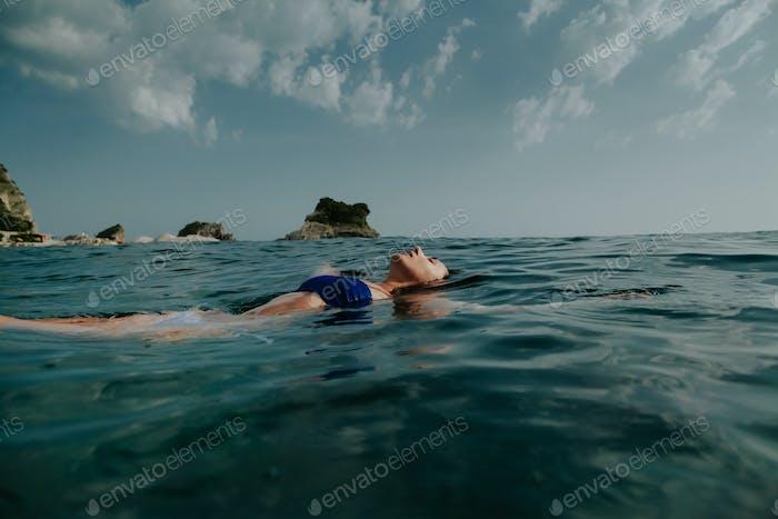 Frau entspannen im Meer