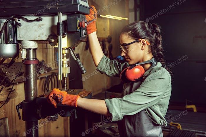 Besetzte und seriöse Handwerker Schleifen von Holz mit spezieller Maschine.