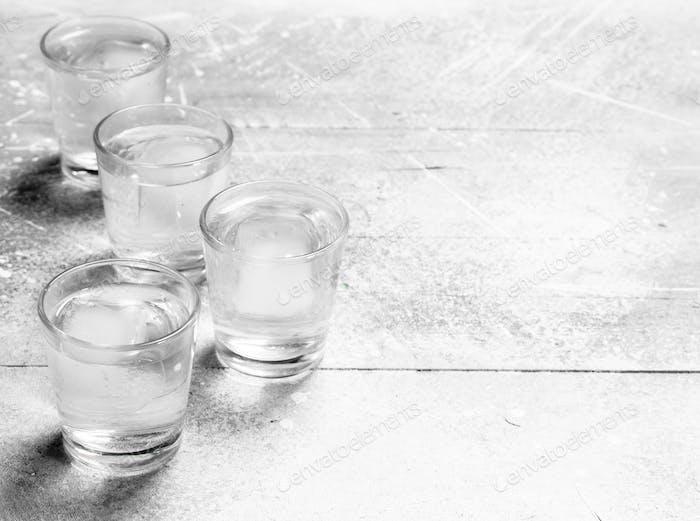Wodka in einem Schnapsglas.