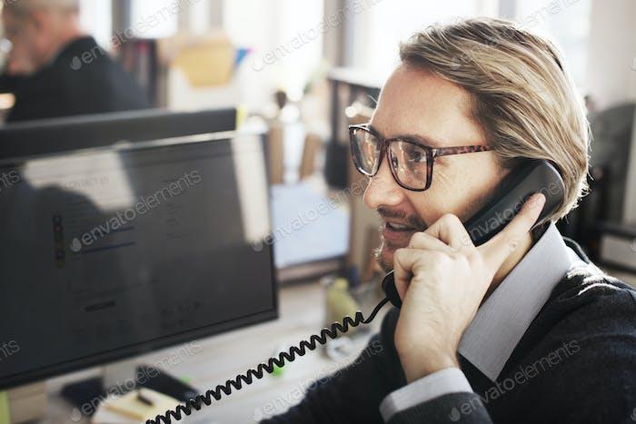 Повседневная жизнь деловых людей в офисе