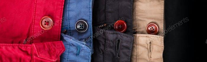 Banner der Schwulung von vier Baumwoll-Twill Hosen rot, blau, schwarz, beige mit offenen Knöpfen.