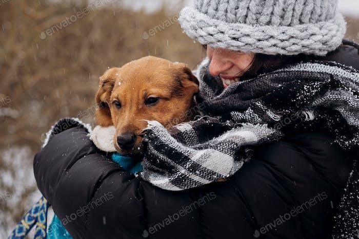 Momente des wahren Glücks. Adoptionskonzept. Tiere retten