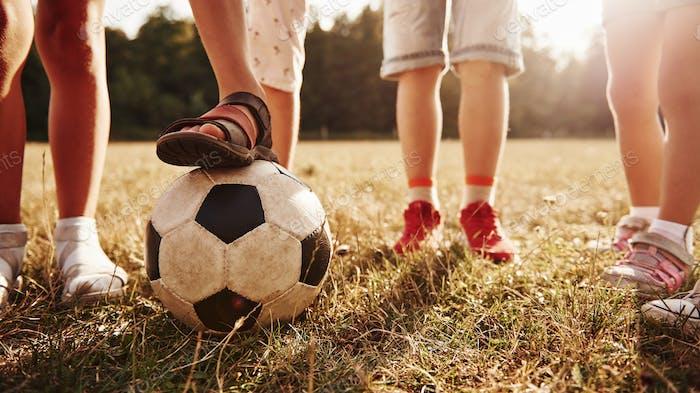 Teilchenansicht von Kindern, die am sonnigen Tag mit Fußball im Feld steht