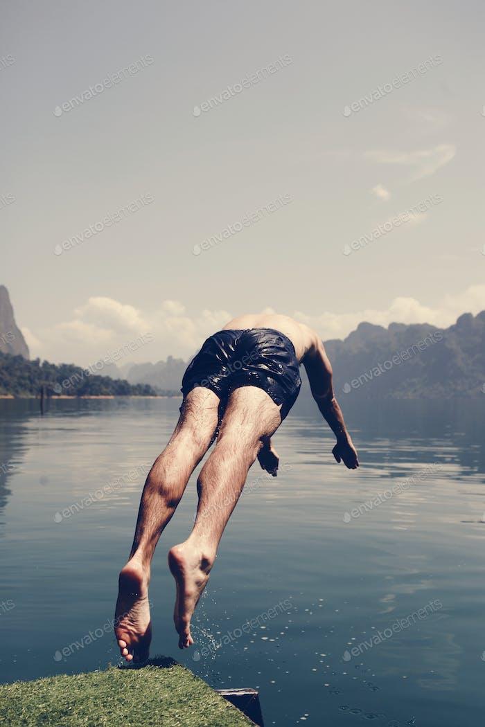 Mann, der ins Wasser taucht