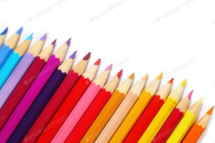 Bunte Bleistifte auf weißem Hintergrund