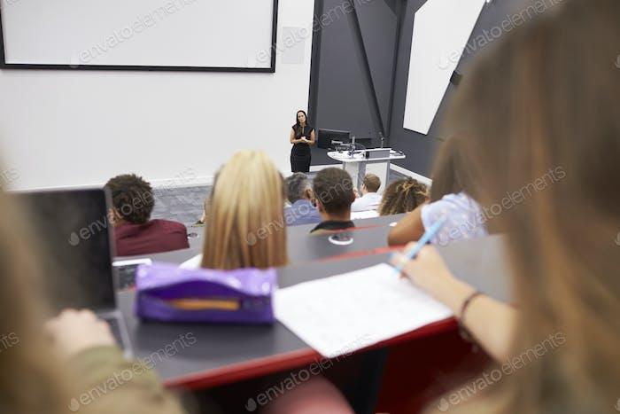 Frau, die Studenten in einem Vortragstheater vorrichtet, Student POV