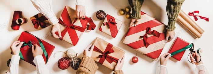Flat-Lay von Völkern Hände verpacken Geschenkboxen für Weihnachten