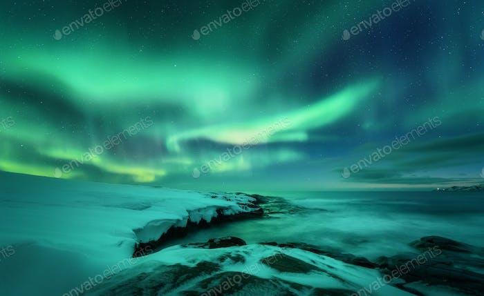 Aurora borealis über dem Meer. Nordlichter in Teriberka, Russland.