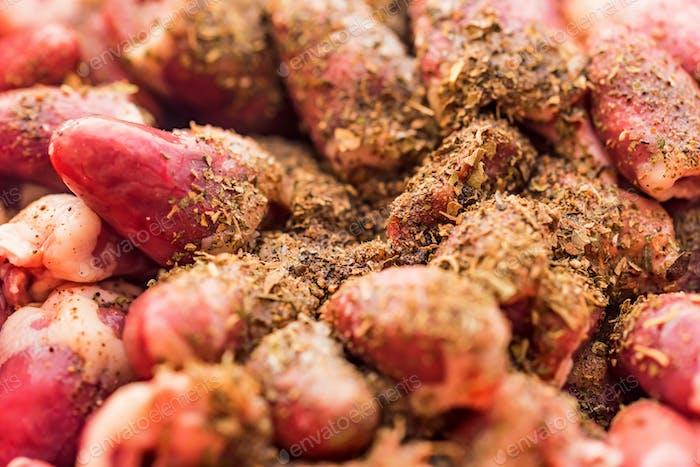 Nahaufnahme frische rohe Hühnerherzen in Gewürzen