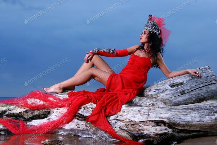 элегантная красивая женщина с короной