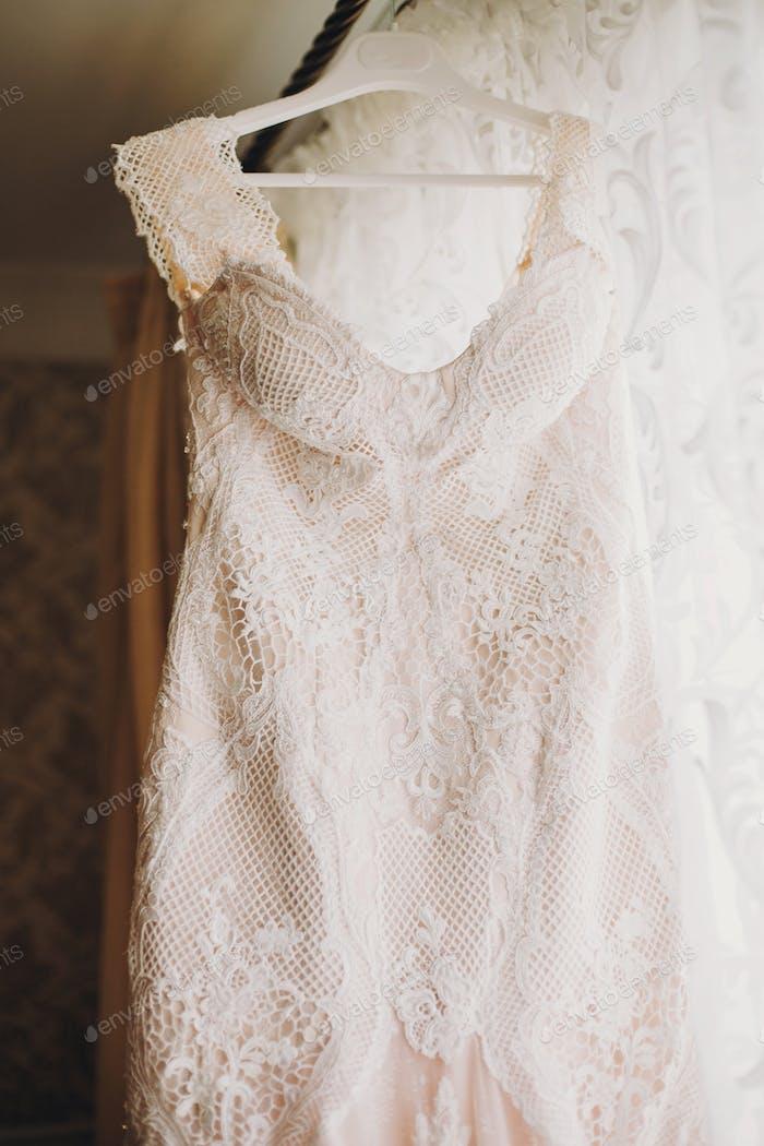 Luxus moderne Hochzeitskleid hängen am Fenster
