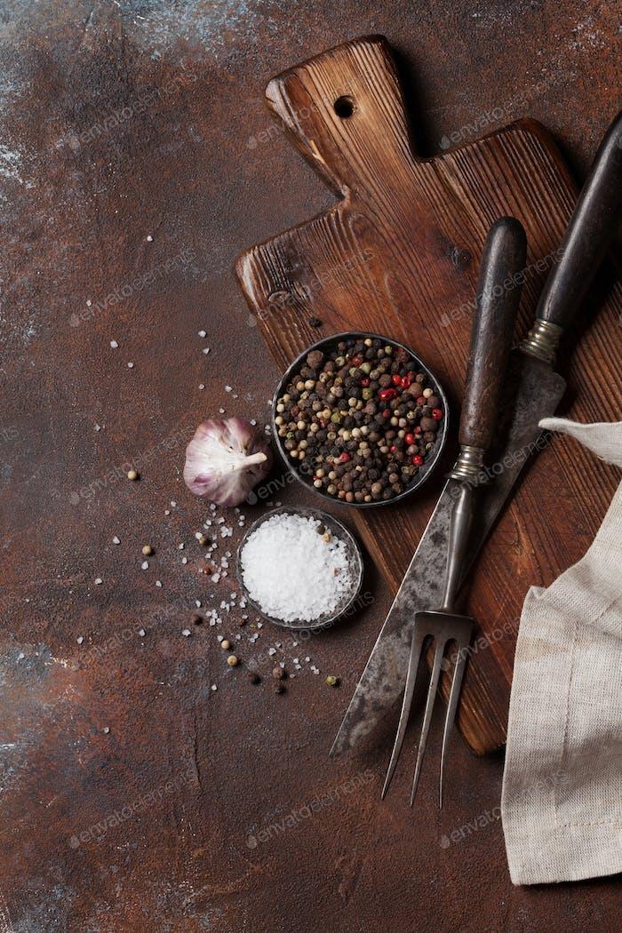 Vintage Küchenutensilien und Gewürze