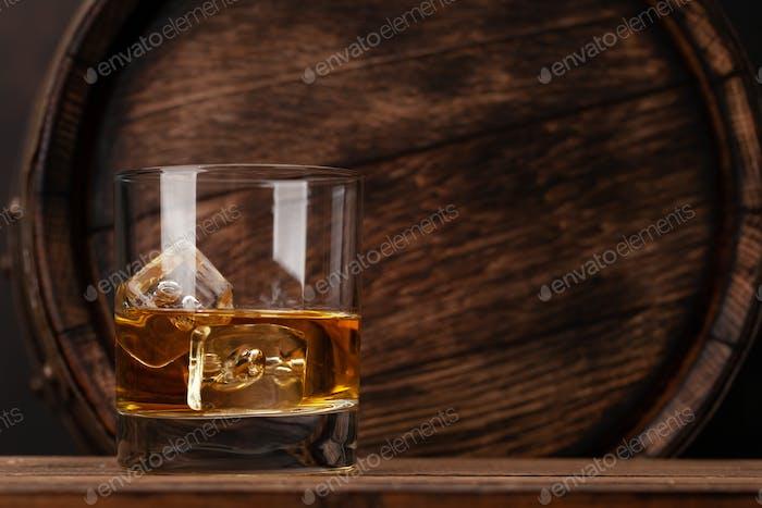 Schottisches Whiskyglas und altes Fass