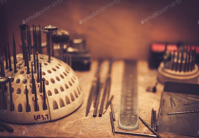 Различные инструменты ювелира на рабочем месте ювелира.