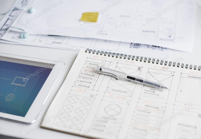 Pluma en cuaderno con idea de dibujo de contenido de diseño web