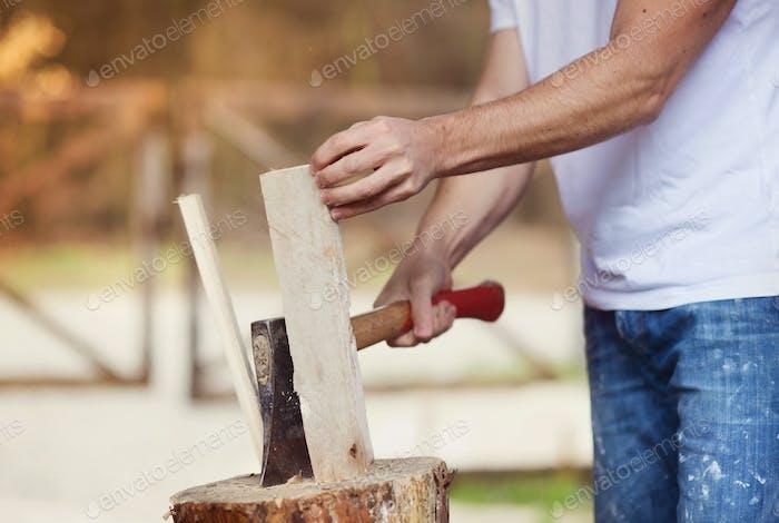 Mann hacken Holz