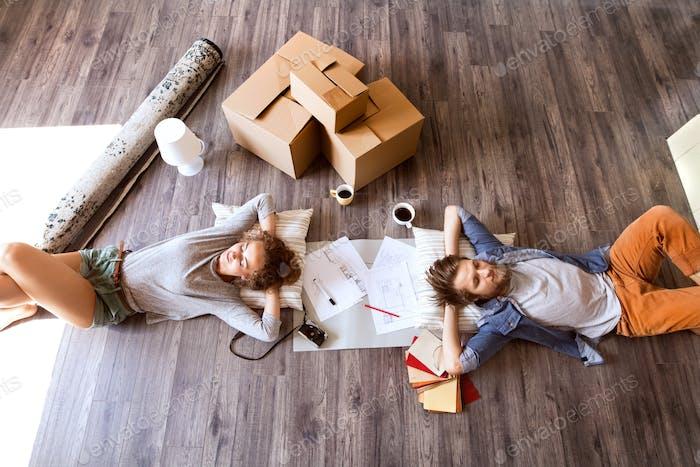 Junges Paar zieht in neues Haus, trinken Kaffee.