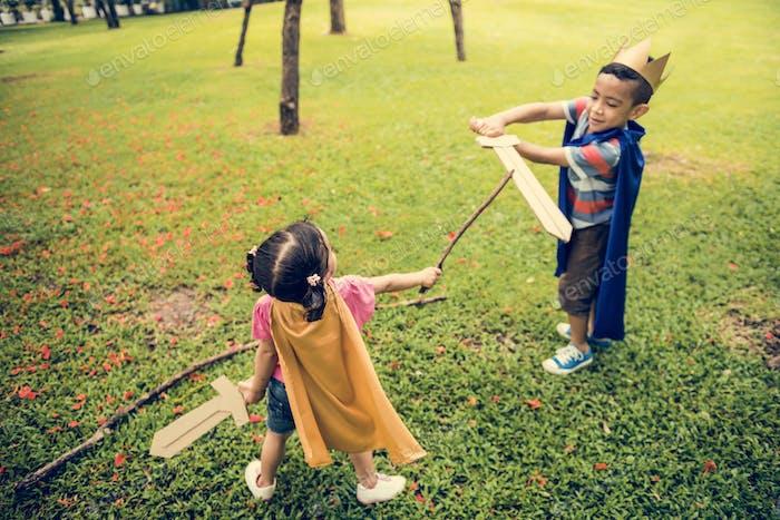 Bruder Schwester elementare Kindheit Kind spielerisch Konzept