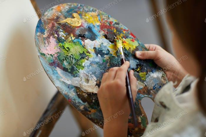 Little Artist hält Palette