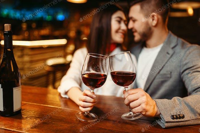 Noche romántica, pareja en el bar, celebración de la fecha