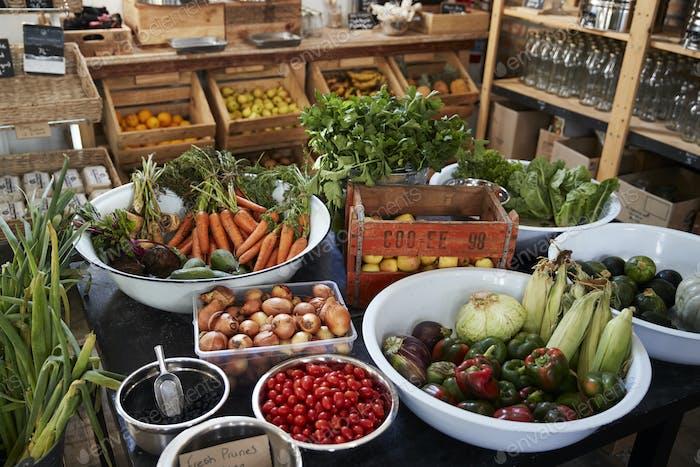 Anzeige von Gemüse in nachhaltiger Kunststoff-Verpackung Kostenlose Lebensmittelgeschäft