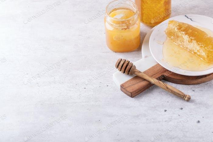 Honig im Glas mit Wabe
