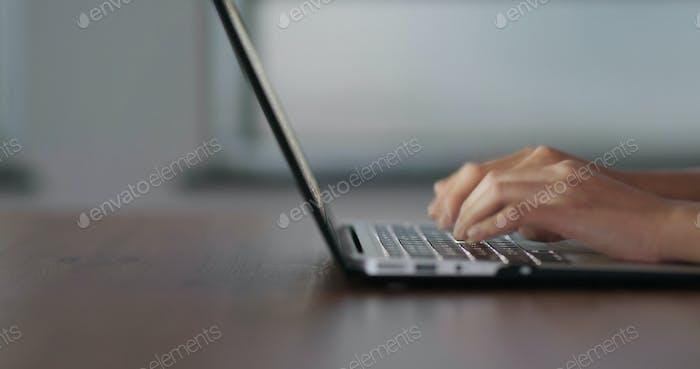 Trabajar en una computadora portátil