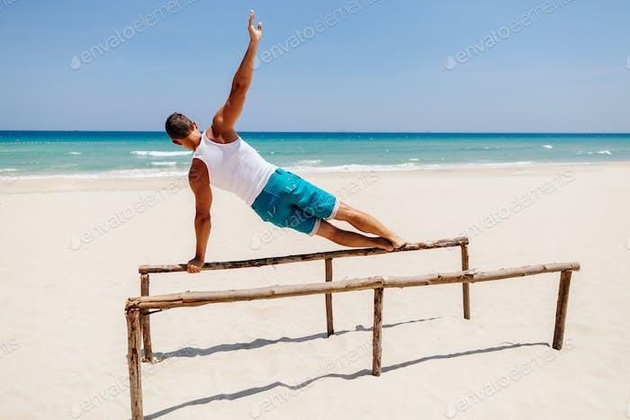 fitness-mann am strand