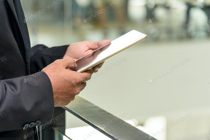Professionelle Geschäftsmann verwenden digitale Tablette