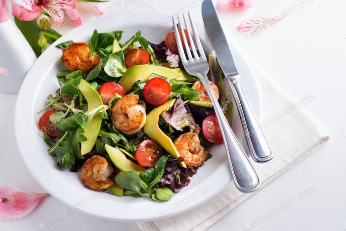 Avocado Garnelensalat mit Kirschtomaten