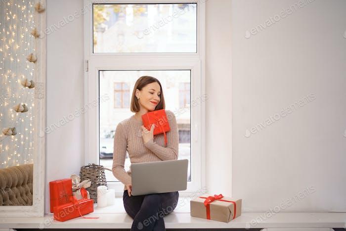 Красивая женщина Рождество онлайн подарки покупки.
