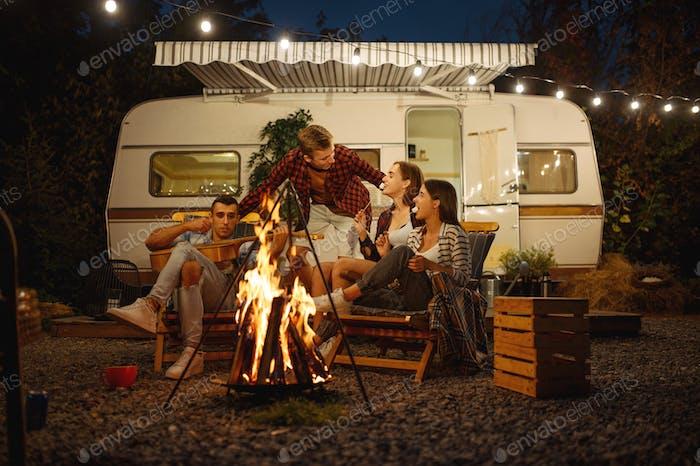 Amigos cocinando en la fogata, picnic en el camping