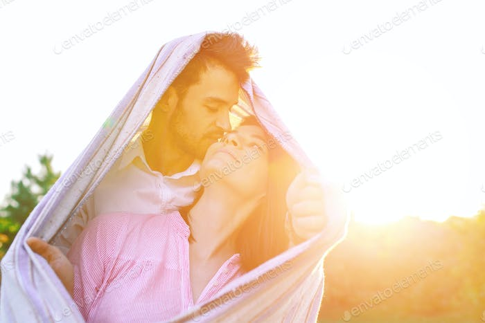 Glückliches Paar Porträt in eine Decke gewickelt