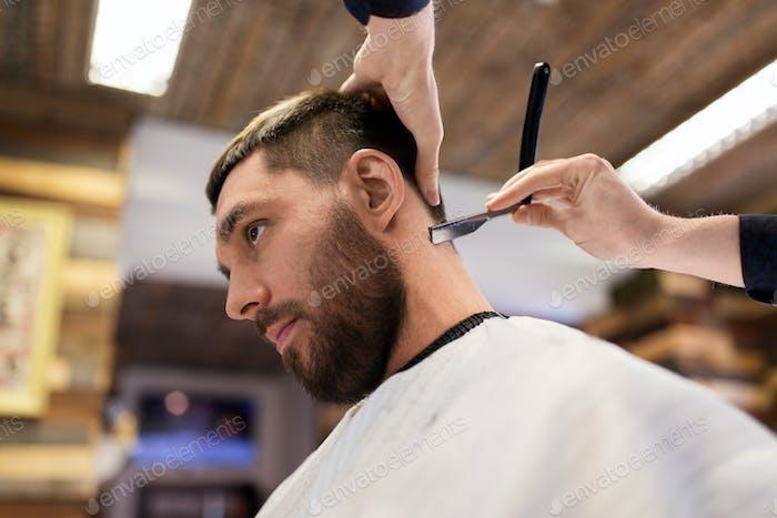 человек и парикмахер с прямыми бритвенными волосами