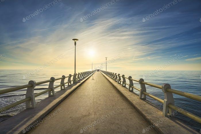 Pier oder Steg und Meer in Forte dei Marmi bei Sonnenuntergang. Versilia Toskana Italien