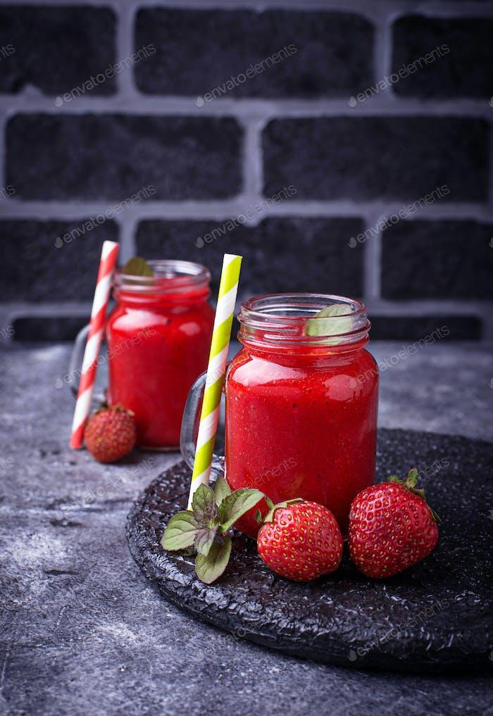 Erdbeer-Smoothie in Gläsern