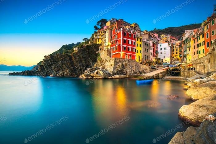 Riomaggiore Stadt, Kap und Meer Landschaft bei Sonnenuntergang. Cinque Terre