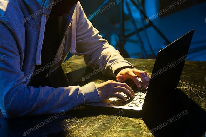 Hauben-Computer-Hacker stehlen Informationen mit Laptop