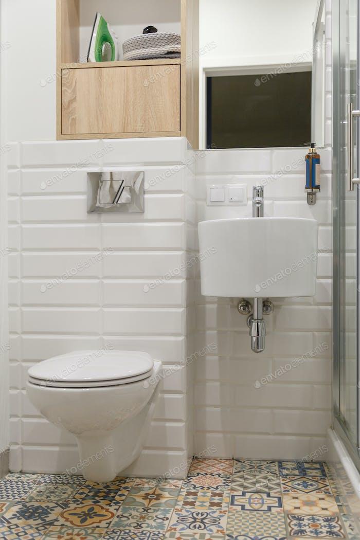 Baño blanco contemporáneo combinado con toilete.