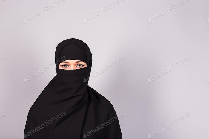 Schöne muslimische Mädchen tragen Burqa Nahaufnahme