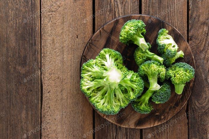 Frischer Brokkoli auf rustikalem Holztisch, Draufsicht