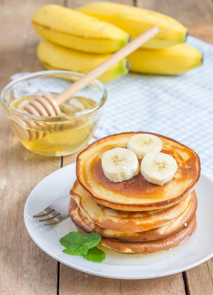 Stapel Pfannkuchen mit Banane und Honig