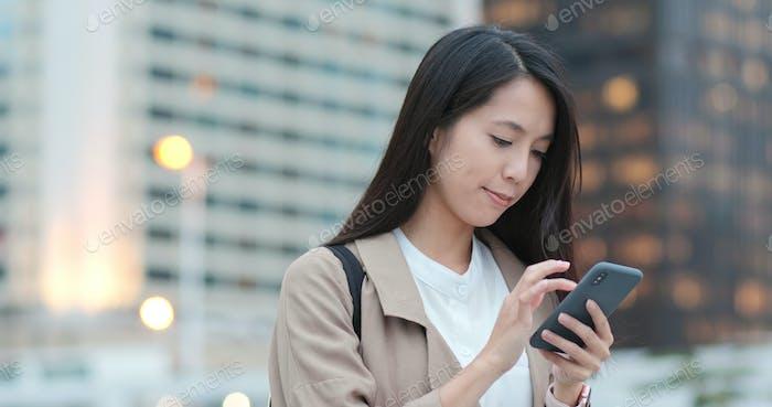 Geschäftsfrau Nutzung des Mobiltelefons in der Stadt