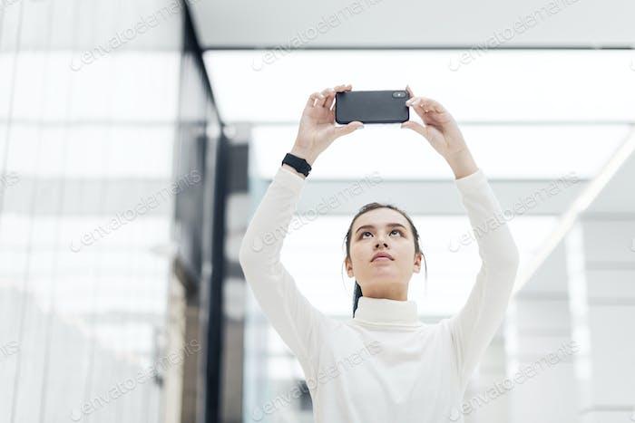 Девушка фотографировала со своим смартфоном