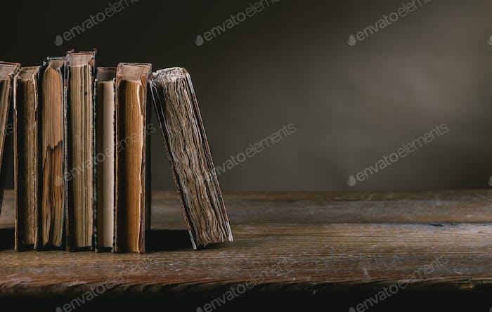 Alte Bücher auf einem alten Tisch