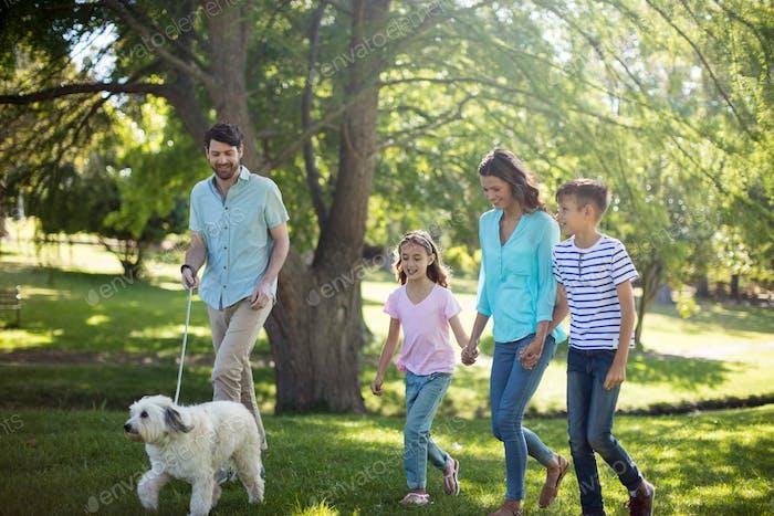 Glückliche Familie genießen im Park
