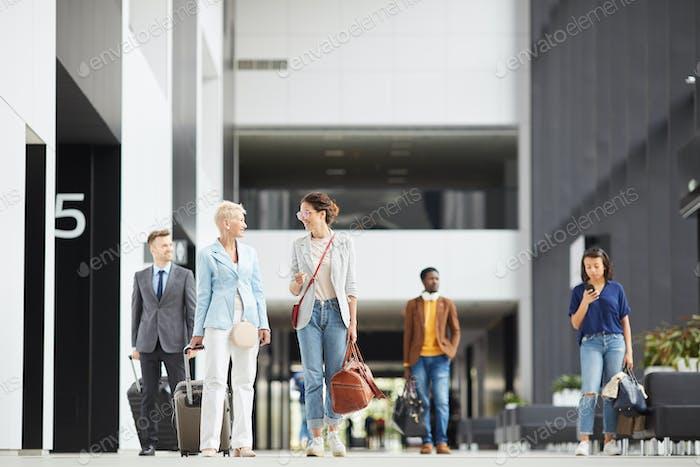 Dame mit erwachsener Tochter in Flughafen