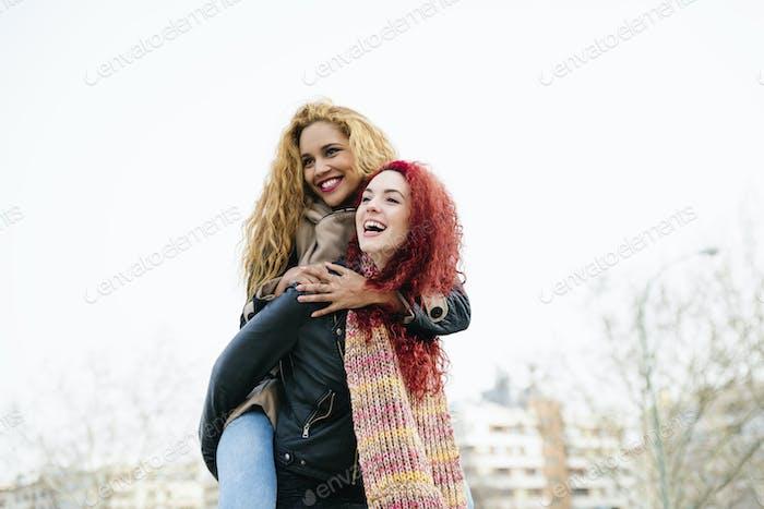 Lifestyle-Mode-Porträt von zwei ziemlich fröhlichen Mädchen Freunde.